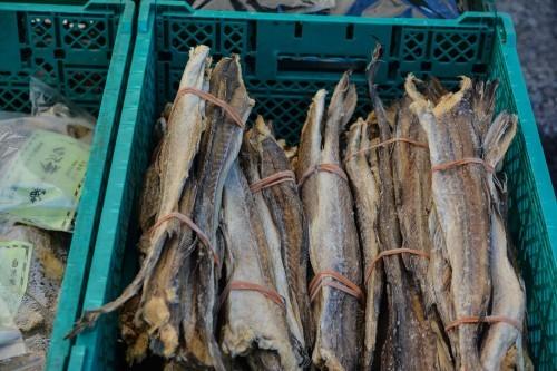 Puesto de salmón en el mercado de Murakami.