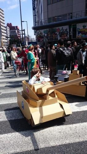 Mujer disfrazada de tanque durante el festival de cosplay de Osaka.