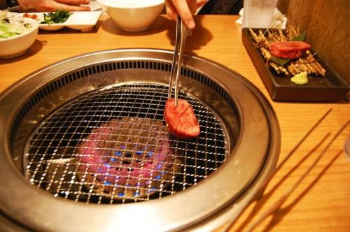 Preparando yakiniku, carne asada a la japonesa.