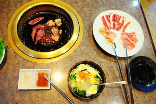 Menú completo en un restaurante de yakiniku de Japón.