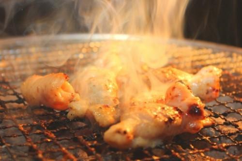 Plato de carne yakiniku cocinándose a la parrilla.