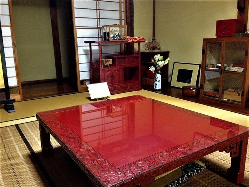 Mesa de madera lacada en rojo en el taller Kosugi Shikki de Murakami.