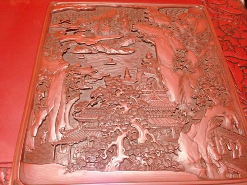 Relieve en una mesa lacada en rojo del taller Kosugi Shikki de Murakami.