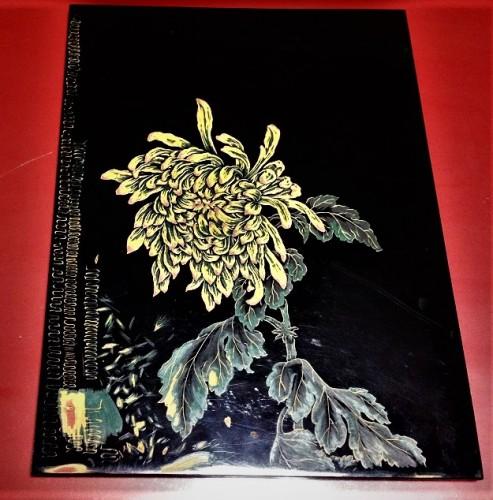 Pieza lacada en negro y dorado de la tienda Kosugi Shikki de Murakami.