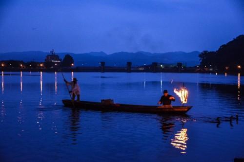 Crucero fluvial nocturno en Hita, Oita.