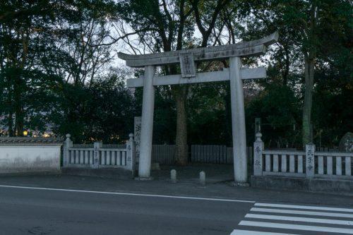 Arco torii de entrada al santuario Ukishima de To-on.