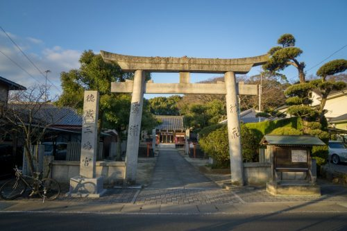 Arco torii de entrada al santuario Tokuimishimagu de To-on.