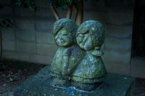 Estatua de dos mujeres en el santuario Tokuimishimagu de To-on.