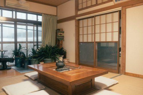 Sala de estar de Minsuku Zaigomon; hotel en una granja de Takane.