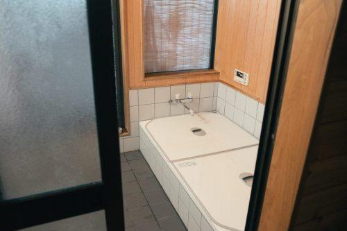 Baño de Minsuku Zaigomon; hotel en una granja de Takane.