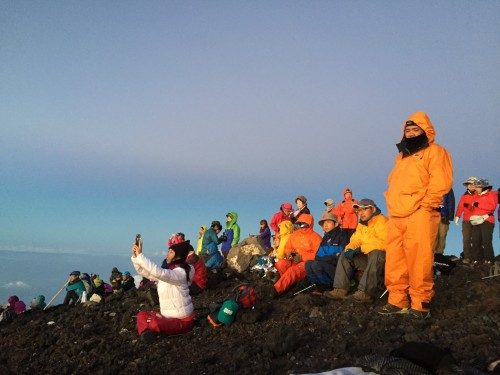 Turistas en la cima del Monte Fuji.