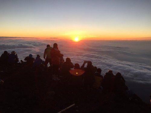 Amanecer en la cima del Monte Fuji.