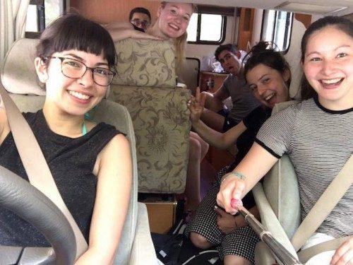 Grupo de amigos en una caravana.