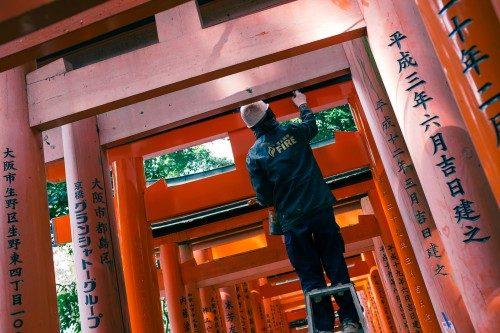 Retocando los arcos torii de Fushimi Inari.