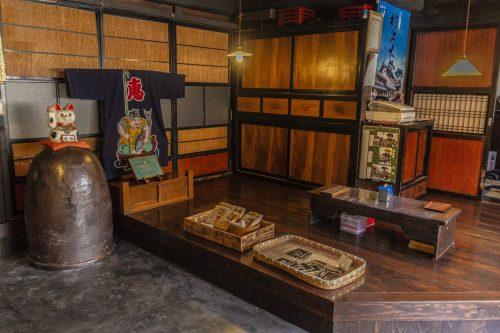 Yamagamisomemonoten es el extraño en la ciudad de Murakami.