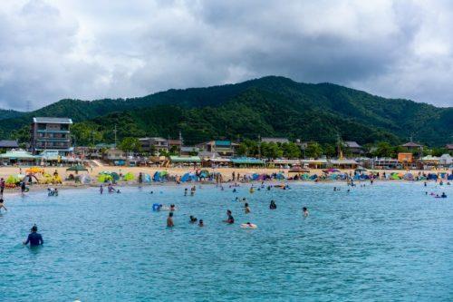 La playa de bandera azul de Takahama cerca de Kioto