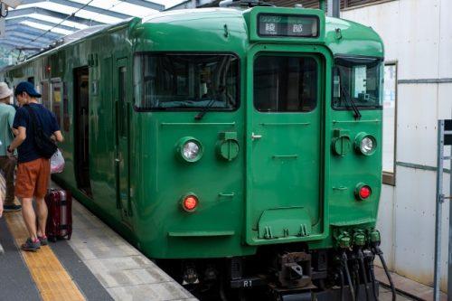 Un tren de aspecto clásico en la línea Maizuru