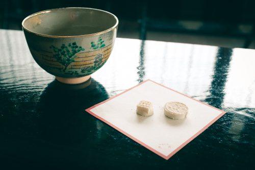 Té matcha y dos pequeños pastelitos, Osaka, Japón.