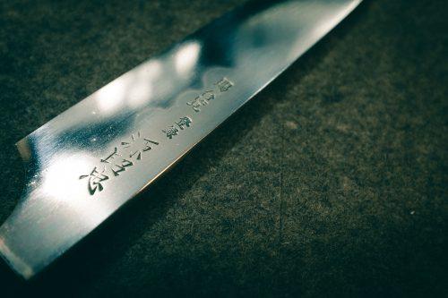 Brillante cuchillo. La forja de Mizuno Tanrenjo, Osaka, Japón.