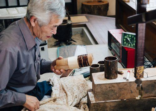 Suzuki, maestro artesano Kabazaiku en Kakunodate Danshokan.
