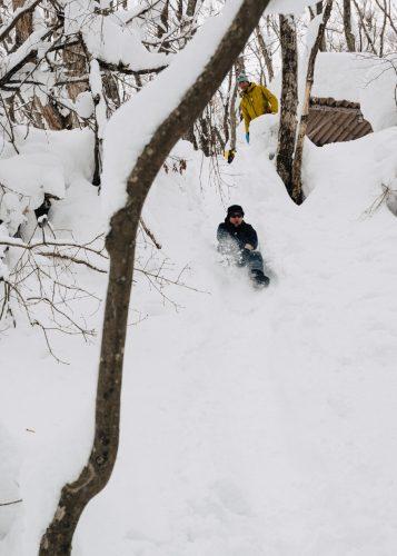 Bajando por la montaña de nieve en Tazawako, Akita, Tohoku, Japón.