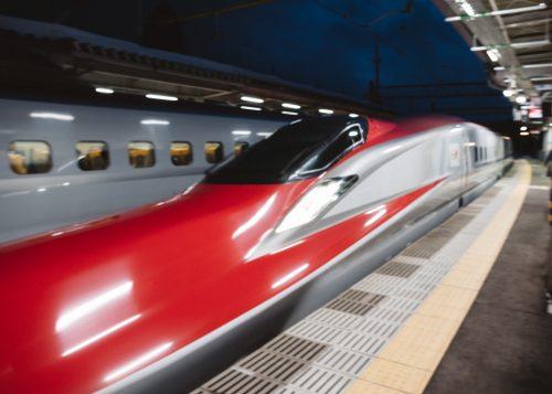Brillante Shinkansen Komachi rojo en la Prefectura de Akita.