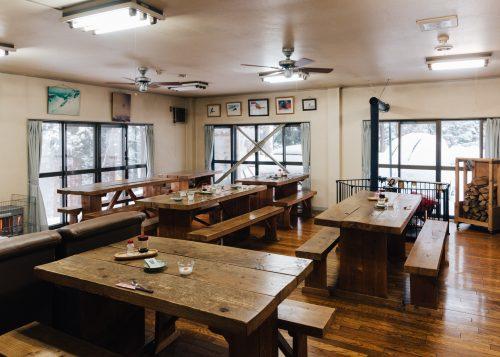 Área común del hostal Yodel, Tazawako, Semboku, Akita, Tohoku, Japón.
