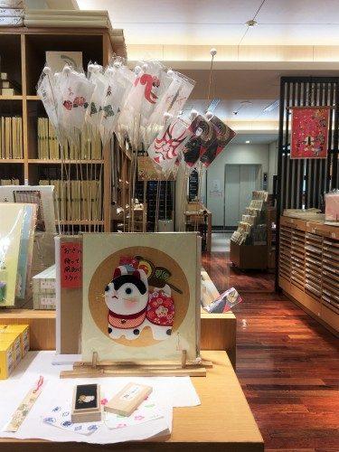 Detalles en la tienda Ozu Washi, Tokio, Japón