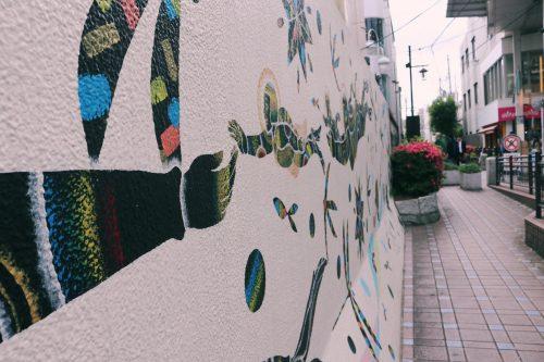 Mural artista en el barrio de Koenji, Suginami, Tokio, Japón