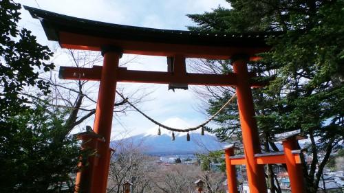 Mont Fuji vu à travers le torii du sanctuaire Arakura Sengen