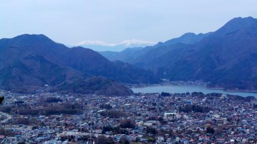 Vue sur le lac Kawaguchi avec les alpes japonaises au fond