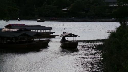 Bateaux, jeu d'ombre sur la rivière Katsura
