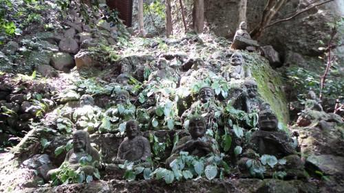 Statues d'arhats au temple Monjusenji, dans la péninsule de Kunisaki, préfecture d'Oita sur l'île de Kyushu