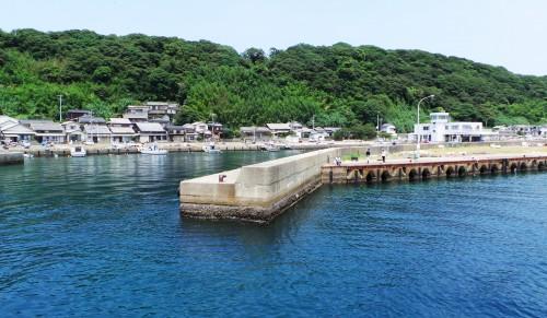 Vue du ferry sur le joli port d'Ainoshima