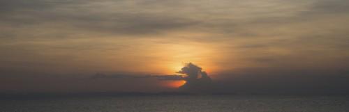 Panorama d'un coucher de soleil spectaculaire sur l'île principale d'Okinawa