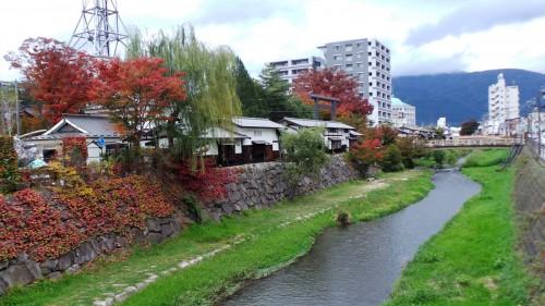 Promenade le long de la rivière de Matsumoto, Japon.