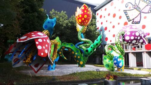 Le musée d'Art de Matsumoto avec une oeuvre de Yayoi Kusuma.