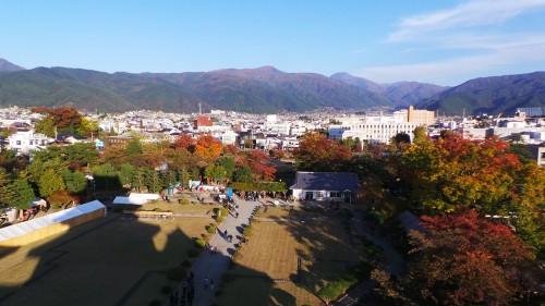 Vue sur le parc de l'intérieur du château de Matsumoto, Japon.