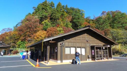 La gare routière de Shirakawa-gō d'où partent les bus, Gifu, Japon.