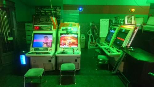 Présentation d'une salle d'arcade au Japon : les jeux de combats.