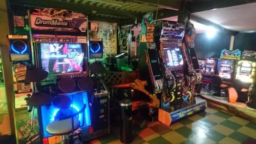 Présentation d'une salle d'arcade au Japon : les jeux de rythmes.