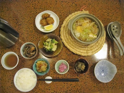 Dîner servi dans un minshuku de Yamakoshi, Niigata, Japon.