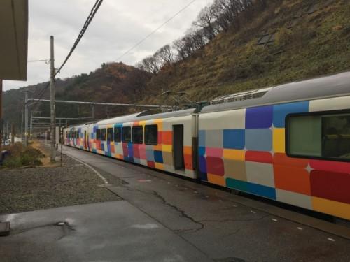 Le train coloré de la ligne KiraKira Uestu pour se rendre à Murakami, Niigata, Japon.