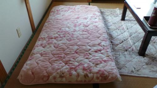 Installation du futon au ryokan Shin Tsurumi Tei, Izumi, Kyushu, Japon.