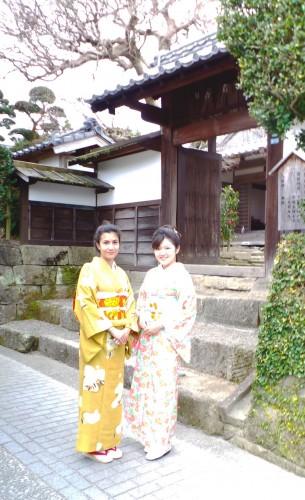 Tour du quartier de samouraïs d'Izumi en kimono, kyushu, Japon.