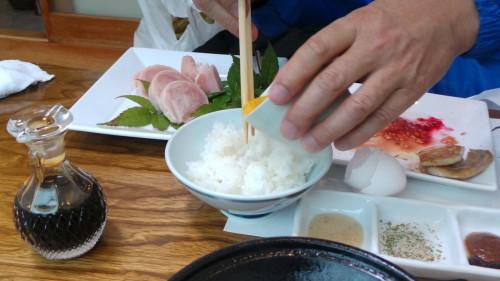 Préparer l'Oyako-don d'Izumi : mélanger le riz et l'oeuf !