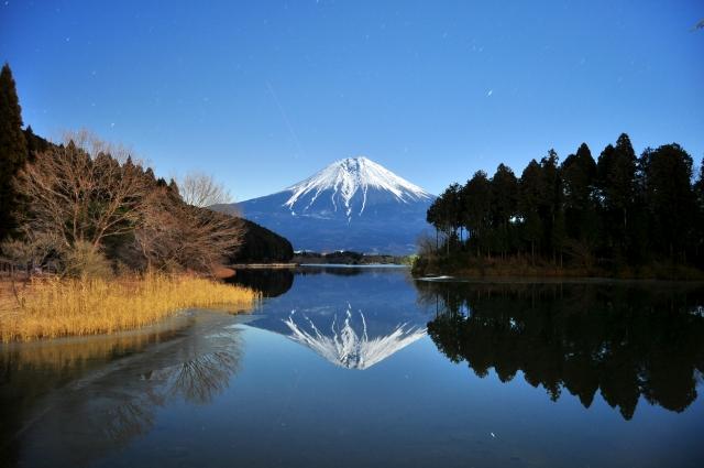 Fuji se reflétant sur le lac Tanuki, Shizuoka, Japon