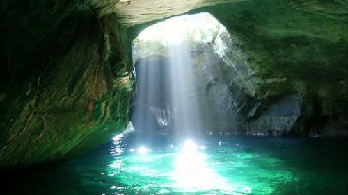 Belle lumière dans la grotte bleue de Dogashima, péninsule d'Izu, Shizuoka.