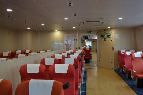 sur l'île de Sado : la seconde classe dans le ferry Ogi-Naoestu