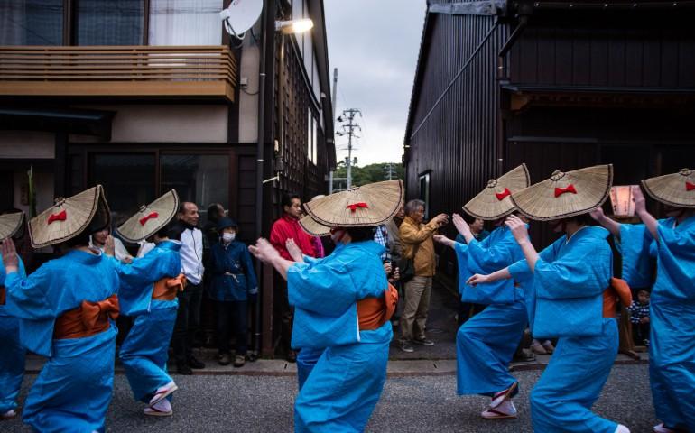 Le festival Yo No Mai avec la danse traditionnelle Aikawa Ondo dans la rue principale d'Aikawa sur l'île de Sado au Japon